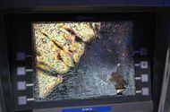 """An ninh - Hình sự - Rút tiền bị """"nuốt"""" thẻ, nam thanh niên """"nổi cơn thịnh nộ"""" đập nát màn hình ATM"""
