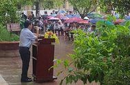 Giáo dục pháp luật - Xúc động cảnh thầy hiệu trưởng đội mưa phát biểu trong buổi chào cờ cuối cùng của học sinh cuối cấp