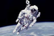 """Tin thế giới - Chùm ảnh """"vô cực"""": Phi hành gia NASA đi bộ ngoài không gian suốt 6 giờ để thay pin"""
