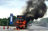 Tin trong nước - Xe đầu kéo cháy dữ dội bên cây xăng, khói đen bốc lên ngùn ngụt