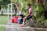 Bóng đá - Quang Hải chấn thương rách cơ háng, ngồi lẻ loi nhìn đồng đội tập luyện