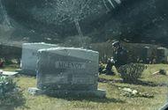 Tin thế giới - Người bí ẩn quỳ gối trước mộ con trai quá cố của Tổng thống Biden khi ông tuyên thệ nhậm chức