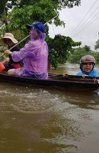 - Mưa lớn kéo dài ở miền Trung, nước lũ dâng cao cả mét