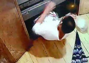 Bé trai bước vào thang máy rồi đột ngột