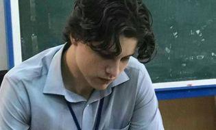 """Chuyện học đường - Chỉ một bức ảnh chụp lén, thầy giáo """"soái Tây"""" liền chiếm sóng mạng xã hội"""