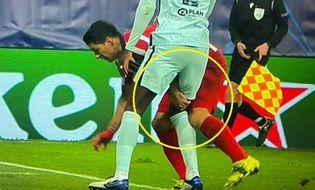 Bóng đá - Suarez bị phát hiện chơi tiểu xảo, cấu đùi đối thủ
