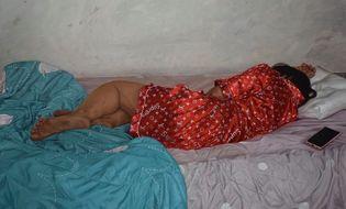 """Cộng đồng mạng - Ảnh chụp người phụ nữ nằm ngủ bình thường bỗng """"dậy sóng"""" MXH, nguyên nhân khiến ai nấy khó tin"""