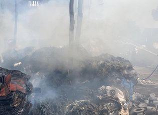 Tin trong nước - Kho phế liệu 1.000m2 bốc cháy ngùn ngụt, cột khói bốc cao hàng trăm mét