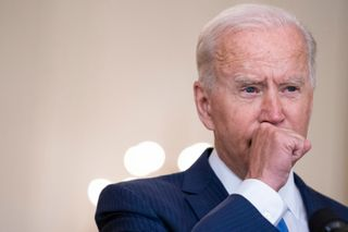 Tổng thống Biden lại gây lo ngại khi liên tục ho trong lúc phát biểu