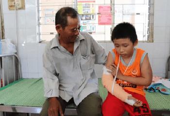 Tin trong nước - Vụ cậu bé nghèo bị đánh gãy tay, cướp tiền: Tuổi thơ lặn lội mưu sinh bên những tờ vé số