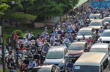 Đường phố Hà Nội đông nghẹt ngày đầu bỏ kiểm soát giấy đi đường