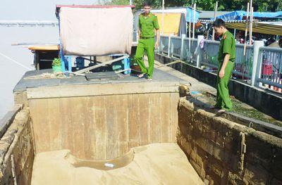 Bắt ghe khai thác cát lậu trên sông Đồng Nai - ảnh 1