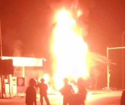Xe bồn chở dầu bốc cháy dữ dội trong cây xăng - ảnh 1