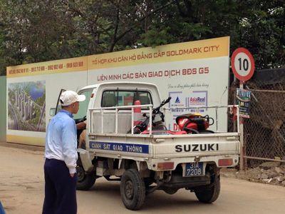 Bị xe tải kéo lê, thiếu nữ kêu cứu thảm thiết rồi tử vong - ảnh 1