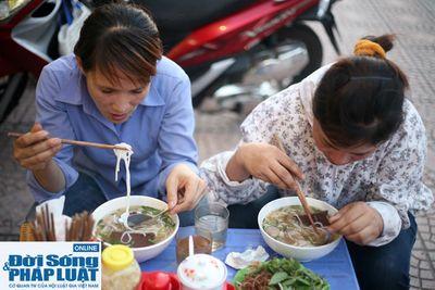 Cảm động quán bún bò 1.000 đồng dành cho người nghèo giữa Hà Nội - ảnh 1
