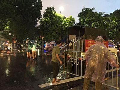Người dân đội mưa chờ xem bắn pháo hoa mừng Quốc khánh 2/9 - ảnh 1