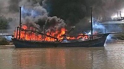 Chuẩn bị ra khơi, tàu cá của ngư dân Nghệ An bất ngờ bốc cháy dữ dội - ảnh 1