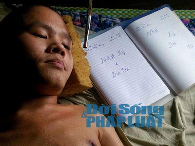 Chuyện về chàng trai 28 tuổi bị bại liệt vẽ tranh bằng miệng - ảnh 1