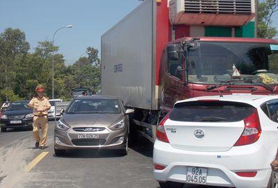 Tai nạn liên hoàn vì ô tô… giảm tốc khi qua khu vực thi công trên QL1A - ảnh 1