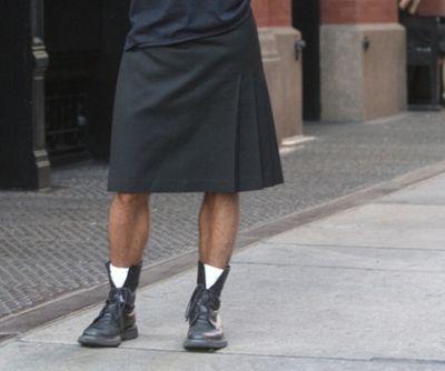 Người đàn ông mặc váy để kêu gọi chấm dứt bạo lực với phụ nữ - ảnh 1
