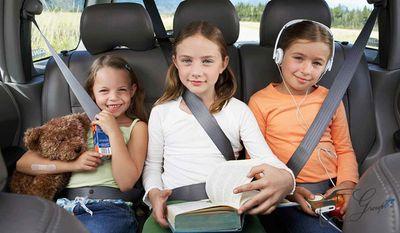 Phạt tiền người ngồi ghế sau ô tô không thắt dây an toàn từ 1/1/2018 - ảnh 1