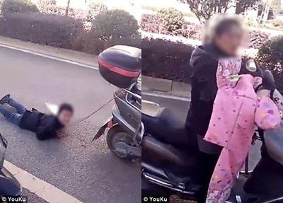 Tàn nhẫn mẹ dùng dây xích trói con vào xe máy và kéo lê trên đường - ảnh 1