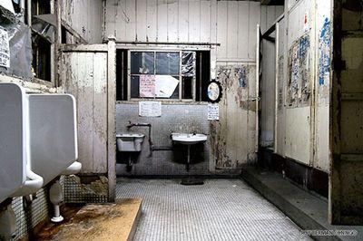Cận cảnh khu nhà ký túc xá sinh viên hơn 100 tuổi tồi tàn nhất thế giới ở Nhật - ảnh 1