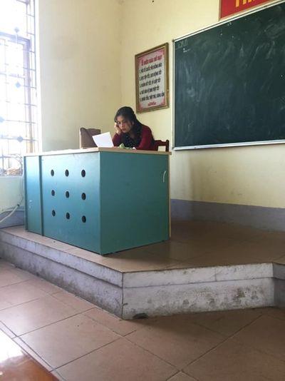 """Cô giáo trẻ dạy văn xinh như """"hotgirl"""" khiến nhiều học sinh xuýt xoa vì không được nghe giảng - ảnh 1"""