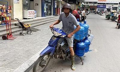 """Khủng hoảng nước sạch, người Hà Nội """"vét sạch"""" nước đóng chai tại siêu thị - ảnh 1"""