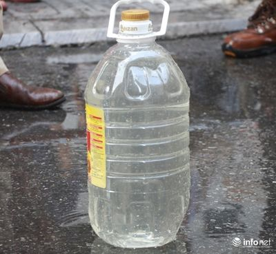 Nước miễn phí có mùi lạ, dân Linh Đàm bỏ tiền tự mua nước sạch - ảnh 1