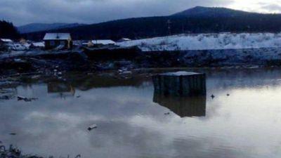 Phát hiện két sắt chứa 18kg vàng trong khu nhà bị hư hại do vỡ đập nước - ảnh 1