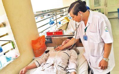 Cứ bùng phát dịch, bệnh nhân sốt xuất huyết lại nằm hành lang - ảnh 1