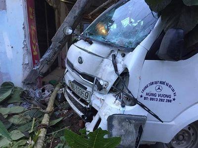 Yên Bái: Xe tập lái đâm vào nhà dân, tài xế bị thương nặng - ảnh 1