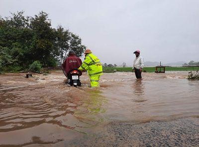 Đắk Lắk: Hàng trăm nhà dân chìm trong biển nước do mưa bão - ảnh 1