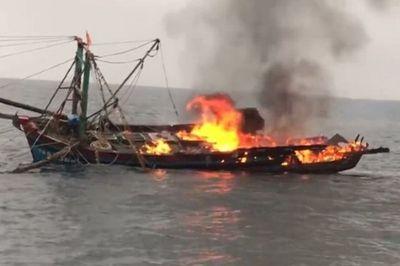 Cháy tàu cá trên biển, 7 ngư dân Nghệ An được cứu thoát chết - ảnh 1