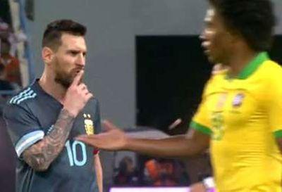 """Messi ra hiệu """"Im đi"""" với HLV trưởng ĐT Brazil - ảnh 1"""