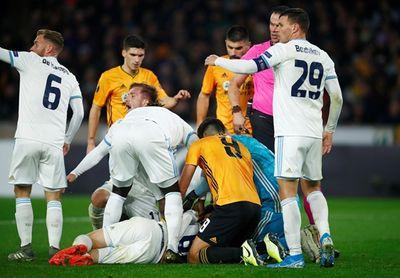 Tiền vệ lui về phòng ngự bị sao Premier League sút trúng đầu bất tỉnh - ảnh 1