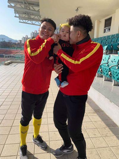 Danh tính em bé được các cầu thủ U23 Việt Nam ở Hàn Quốc tranh nhau bế chụp ảnh - ảnh 1