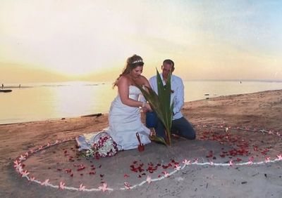 Ngắm pháo hoa lãng mạn bên bờ biển, cô dâu suýt mất chân vì tai nạn hi hữu - ảnh 1