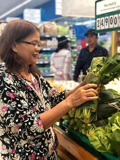 Hưởng ứng bảo vệ môi trường, nhiều siêu thị dùng lá chuối tươi gói rau, củ, quả - ảnh 1