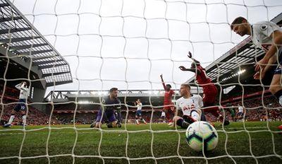 """Cầu thủ Tottenham đá phản lưới nhà """"giúp"""" Liverpool giành ngôi đầu bảng - ảnh 1"""
