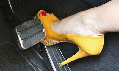 Cách tránh đạp nhầm chân ga, chân phanh khi lái ô tô để không xảy ra tai nạn - ảnh 1