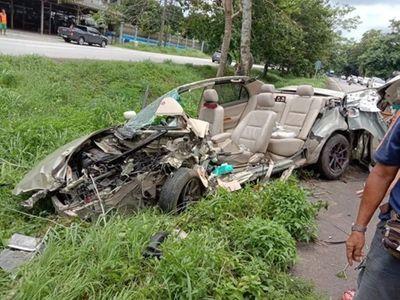Toyota Corolla Altis đâm nát bét, tài xế may mắn thoát nạn - ảnh 1