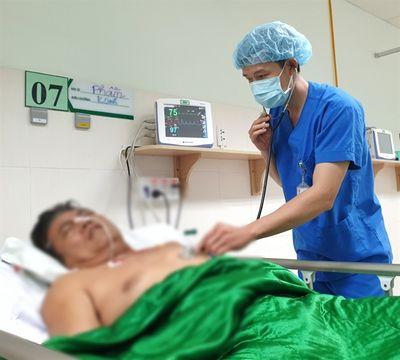 Cứu sống người đàn ông chết lâm sàng do bật dậy đột ngột lúc đang ngủ - ảnh 1