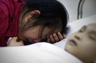 Mẹ hối hận khôn nguôi vì làm con trai 9 tuổi bị ung thư ruột - ảnh 1