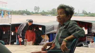 Bà lái đò sông Hậu chở miễn phí học sinh đến trường - ảnh 1