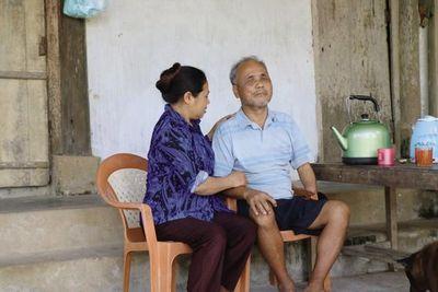 Cổ tích giữa đời thường: Những người phụ nữ chăm chồng tàn tật hàng thập kỷ - ảnh 1