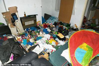 Bỏ bê con sống đói khổ trong nhà ngập rác, cha mẹ nghiện ma túy thoát án tù - ảnh 1