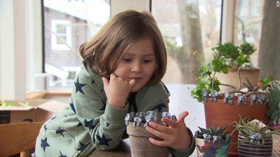 Cậu bé 6 tuổi nặn đất sét để quyên góp 20.000 USD cho vụ cháy rừng ở Australia - ảnh 1