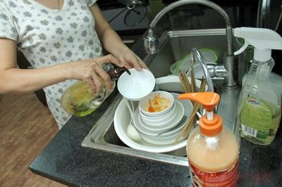 Những sai lầm cực nguy hiểm mà nhiều người vẫn mắc khi rửa bát - ảnh 1